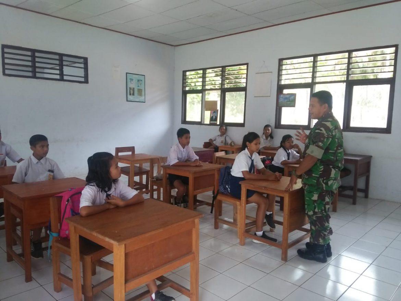 Babinsa Desa Pantuge Barat Bina Mental Siswa SMP Negeri 3 Kabaruan