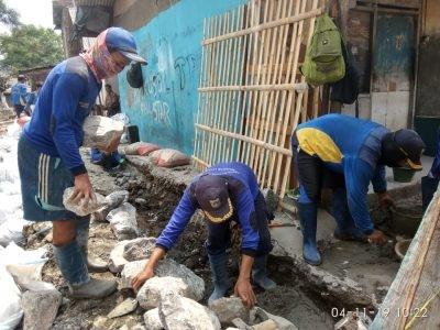 Sudin SDA Jakarta Utara Pasang Turap di Kali Gubuk Genteng