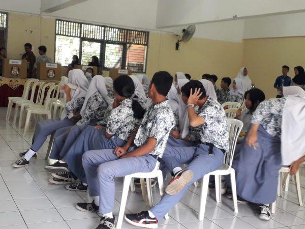 Para siswa SMK Negeri 1 Bogor sedang melakukan pemilihan Ketua OSIS yang baru