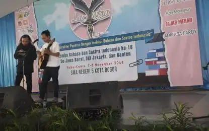 Salah satu peserta sedang menampilkan hasil karya sastra saat kegiatan La Sastra di SMAN 5 Kota Bogor