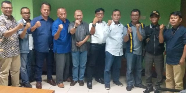 FOTO : Sekretaris PWI DKI Jakarta Sayid Iskandarsyah beserta pengurus lainnya berpose bersama di Balai Wartawan PWI Koordinatoriat Jakarta Selatan, Selasa