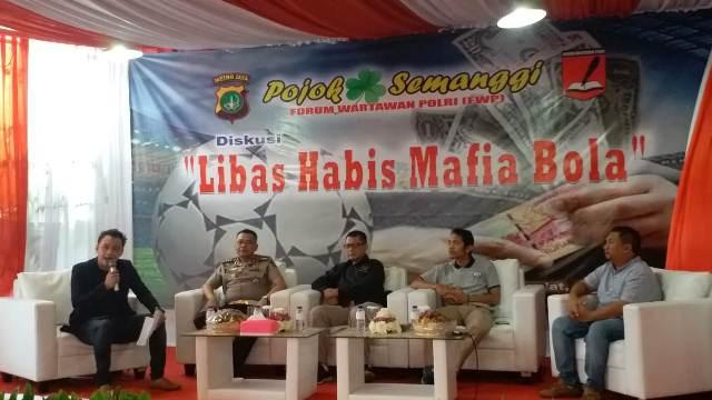 """FOTO : Forum Wartawan Polri (FWP) menggelar diskusi bertajuk """"Libas Habis Mafia Bola"""" di balai wartawan Polda Metro Jaya, Jumat (15/3)."""