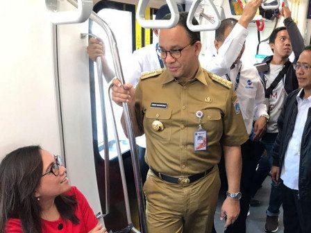 Gubernur DKI Jakarta Anies Baswedan menggunakan MRT untuk berangkat ke kantor sekaligus mengecek rute integrasi dengan angkutan.umum