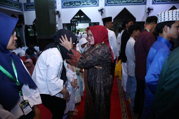 Ibu Kaban Diklat saat memberikan santunan