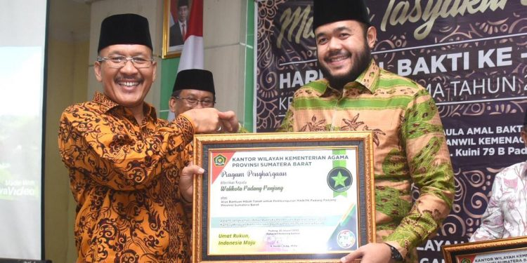 FOTO : Walikota Padang Panjang H. Fadly Amran, BBA Datuak Paduko Malano  meraih penghargaan dari Kepala Kanwil Kemenag Sumbar (DH)