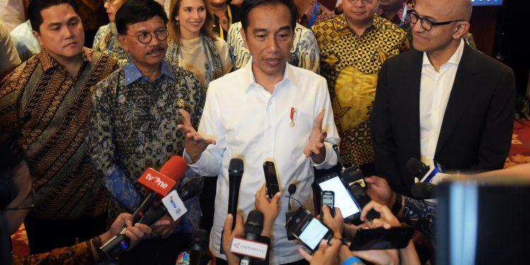 FOTO : Presiden Jokowi menjawab pertanyaan wartawan usai mengikuti acara Indonesia Digital Economy Summit 2020, Kamis (17/2), di Ballroom 2 & 3, Ritz Carlton Pacific Place, Provinsi DKI Jakarta. (setkab.go.id)