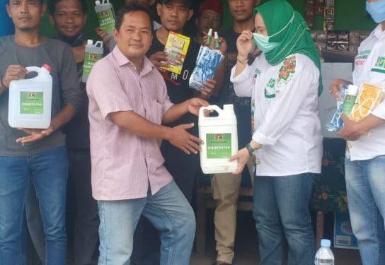 Qonita Kunjungi Warga Tapos Bagikan Masker, Hand Sanitizer dan Disinpektan
