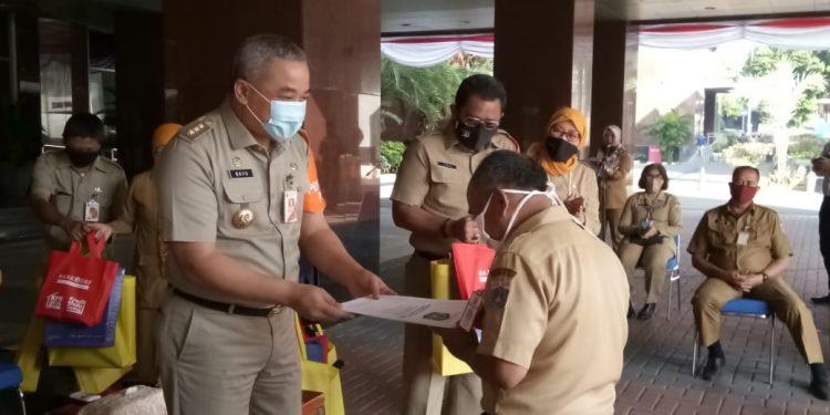 Walikota Jakpus Serahkan SK Pensiun Bagi 12 PNS