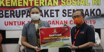 Kemensos Bagikan Sembako ke Ribuan Karyawan Hotel di Bandung