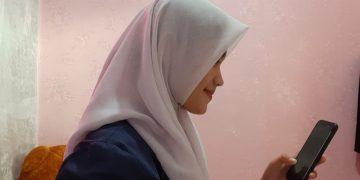 FOTO: Salah satu siswa sekolah menengah atas (SMA) swasta di Jakarta Timur, tengah mengikuti kegiatan belajar jarak jauh/Heru Lianto