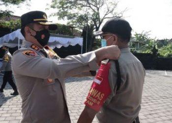 FOTO : Kapolres Tabanan tengah menyematkan ban kepada Satgas Covid-19 Satuan Pengamanan/Instagram Polres Tabanan